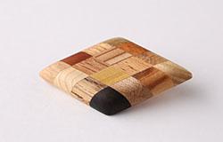 寄木のひし形ブローチ